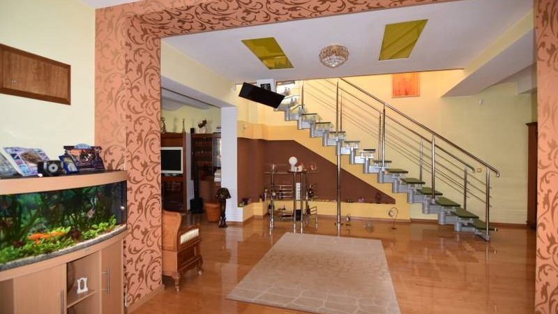 Casa spatioasa individuala, pretabila pensiune,Sacele,Central