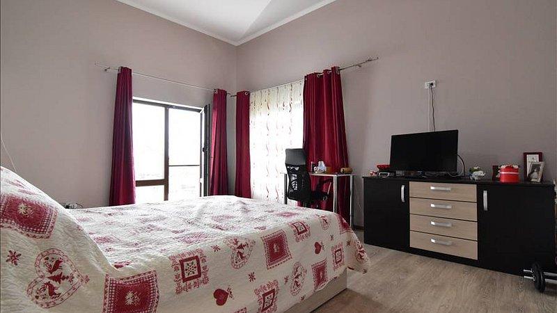 Vanzare casa modena, suprafete generoase, Tarlungeni, Brasov.