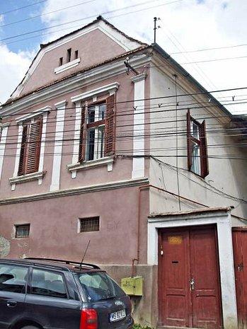 Casa saseasca in centrul orasului - imaginea 1