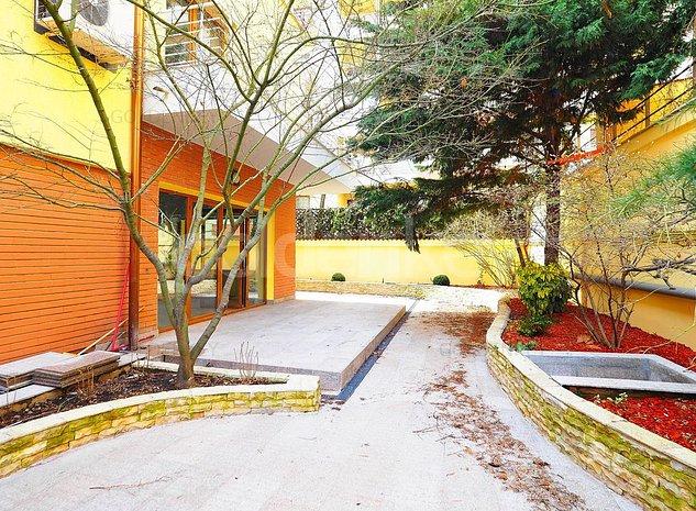 Vila cu 6 camere complet renovata in complex rezidential - imaginea 1