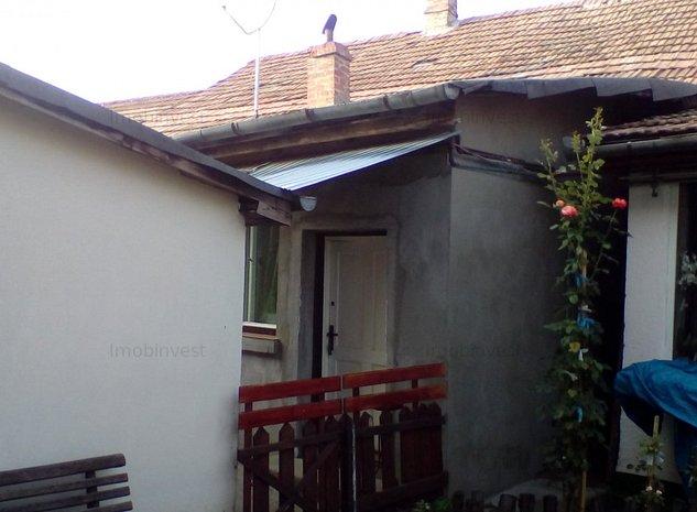 casa cu 2 camere, curte aferenta, S= 60 mp, front 12 m, comun cu 2 familii - imaginea 1