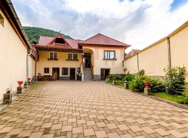 Casa renovata complet, 3 camere, 2 bai, 350mp, Centru Rasinari - imaginea 1