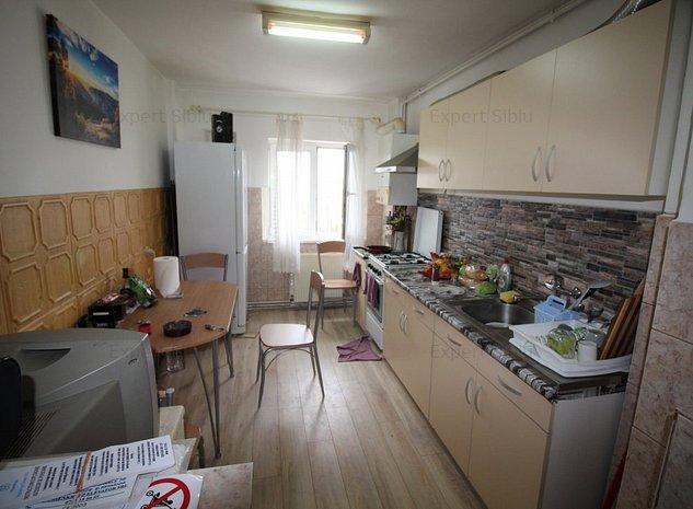 INCHIRIEZ apartament 3 camere decomandat, zona Ciresica - imaginea 1