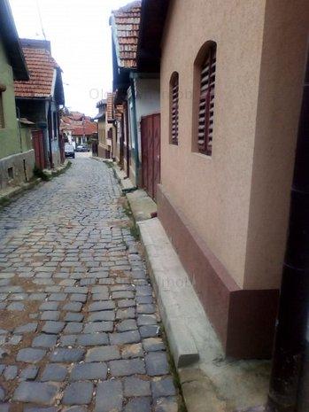 Casa de vanzare in Schei, singur in curte, la 7 minute de Piata Unirii - imaginea 1
