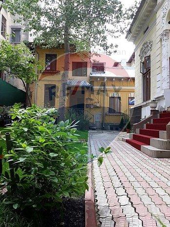 Trei camere dispuse pe niveluri diferite intr-o vila. - imaginea 1