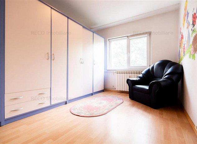 Apartament cu 3 camere,decomandat,etaj intermediar,zona Decebal - imaginea 1
