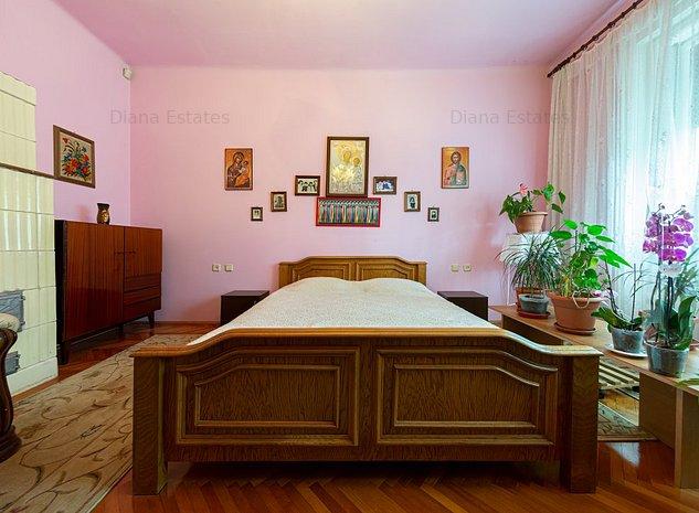 Casă frumoasă, interbelică, 3 camere, 2 băi, garaj, curte comună - imaginea 1