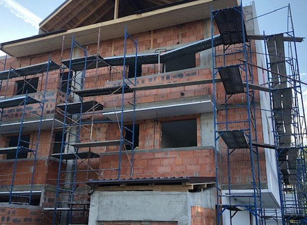 3 Camere-Curte-Garaj Subteran-Constructi: .