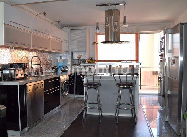 Apartament cu 3 camere, mobilat si finisat lux, dispune de terasa si parcare - imaginea 1