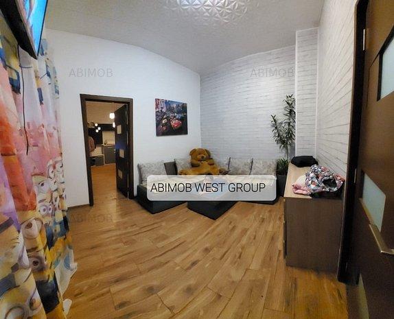 Apartament ultracentral la casa cu doua camere + demisol renovat. - imaginea 1