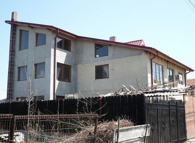 C1 C2: Casa din dreapta (C1)-210 mp Casa din stanga (C2)-240mp total suprafata 450mp