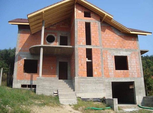 Casa la rosu - imaginea 1