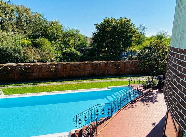 Vilă superbă cu piscina pe str. Jandarmeriei la marginea pădurii. - imaginea 1