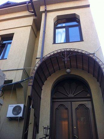 Vând casa zona centrala , str. Popa nan, se vinde etajul 1 şi 2 - imaginea 1