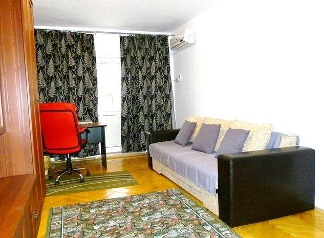 Camera de zi cu vedere la terasa.: Birou cu scaun ergonomic,biblioteca cu mai multe corpuri, canapea extensibila,TV ecran plat,aer cond